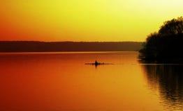 großer Teich am Sonnenuntergang und am Ruderer Stockfoto
