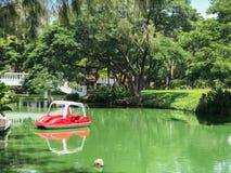 Großer Teich und spinnendes Boot Stockfotografie