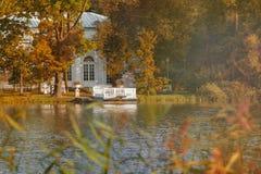 Großer Teich von Catherine Park in Pushkin, Tsarskoe Selo, St Petersburg, Herbst Lizenzfreie Stockfotos