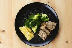 Großer Teller mit gesundem Lebensmittel lizenzfreie stockfotos