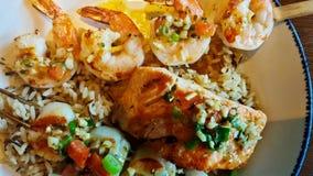 Großer Teller von Mischmeeresfrüchten und von Reis lizenzfreie stockfotos