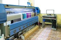 Großer Tintenstrahldrucker, der Mehrfarben-cmyk auf Vinylfahnenesprit bearbeitet stockfoto
