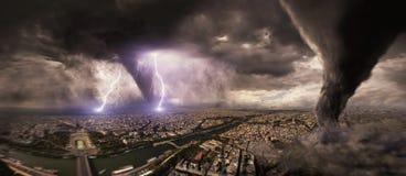 Großer Tornadounfall auf einer Stadt Stockbild