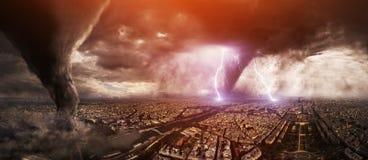 Großer Tornadounfall auf einer Stadt Stockbilder