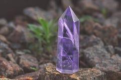 Großer transparenter mystischer facettierter Kristall des farbigen lila Amethysts, Chalcedony auf einer Steinhintergrundnahaufnah stockfotos