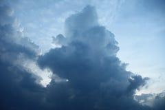 Großer Turm von Wolken im blauen Himmel Lizenzfreie Stockfotos