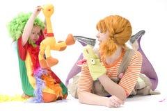 Großer und kleiner Clown spielen V Stockbild