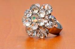 Großer und teurer Diamantring Stockfoto