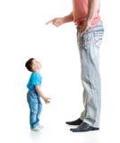 Großer Vater, der seinen kleinen Sohn erzieht Stockfotografie