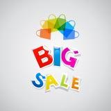 Großer Verkaufs-Aufkleber-Titel und bunte Taschen Stockfoto