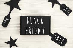 Großer Verkaufstext Black Fridays auf Preiszeichen, minimalistic Ebene lizenzfreie stockfotografie