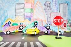 Großer Verkehrsunfall an der Überfahrt in der Spielzeugstadt Stockbild