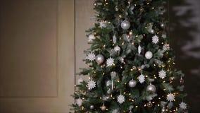 Großer verzierter Weihnachtsbaum steht in der großen Halle des Hauses in der Nacht, Panorama stock footage
