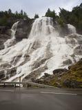 Großer Wasserfall auf dem raodside Stockbilder