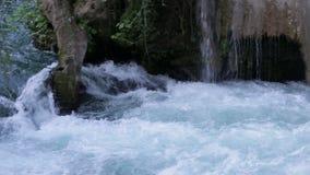 Großer Wasserfall im Park im Sommer stock video