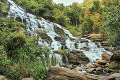 Großer Wasserfall im tropischen Regenwald Stockfoto
