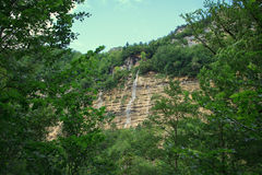 Großer Wasserfall im Wald Stockfotografie