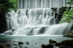 Großer Wasserfall im Wald Lizenzfreie Stockfotografie