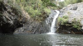 Großer Wasserfall im Wald am Jetkod-Pongkonsaoreisestandort auf Thailand stock video
