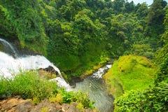Großer Wasserfall in Laos auf Draufsicht Stockbilder