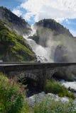 Großer Wasserfall mit einer Brücke lizenzfreie stockfotos