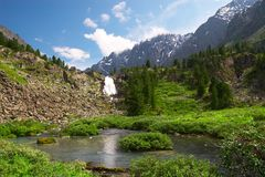 Großer Wasserfall und Berg. lizenzfreie stockfotos