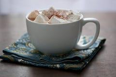 Großer weißer Becher mit Eibischen und heißem Kakao auf Serviette Stockfoto