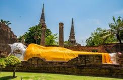 Großer weißer Buddha-Schlaflagemarkstein Stockbilder