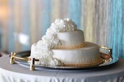 Großer weißer Hochzeitskuchen lizenzfreies stockbild