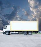 Großer weißer moderner Handels-LKW, der an steht Stockfoto