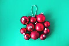 Großer Weihnachtsball gemacht von den Bällchen lizenzfreies stockbild