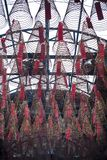 Großer Weihrauch umwickelt das Hängen von der Decke in ChÃ-¹ eines 'm Quan à Tempels in Ho Chi Minh City stockfotos