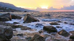 Großer Wellenbruch über Steine stock footage