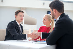 Großes Abkommen Zwei erfolgreich und motivierte Geschäftsmänner sitzen Stockbilder