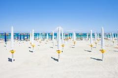Großes Alimini, Apulien - faltete Sonnenschutz am schönen Strand stockfotografie