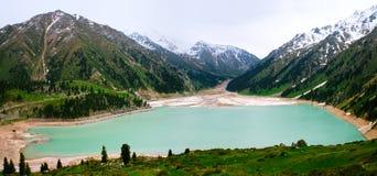 Großes Almaty Seepanorama, Tien Shan Mountains Stockfotos