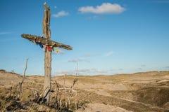 Großes altes hölzernes Kreuz im Sand Lizenzfreie Stockbilder