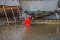 Großes altes rostiges Stahlboot, (Hochdruckreinigerunterseite des Bootes) Stockfoto