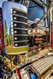 Großes Anlagen-LKW-Türchrom, Rohre und Sternreflexion auf Lichtern Stockfotos