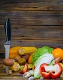 Großes Bündel frisches unterschiedliches Gemüse stockfoto