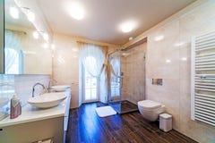 Großes Badezimmer Stockbild
