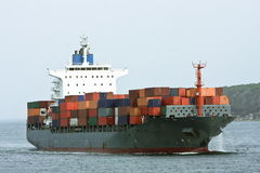 Großes BehälterFrachtschiff in Meer. Stockfoto