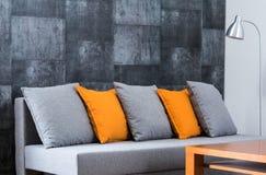 Großes bequemes Sofa im Aufenthaltsraum stockfotos