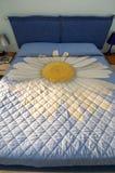 Großes Bett mit Blume Lizenzfreies Stockfoto