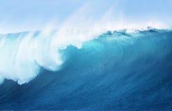Großes Blau-surfende Welle Lizenzfreie Stockfotografie