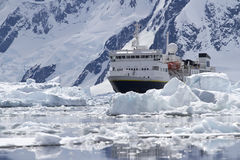 Großes blaues touristisches Schiff im Eis im Hintergrund des Antarc Stockfotos