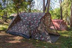 Großes blaues Zelt in einer Mitte des Waldes Lizenzfreie Stockfotos
