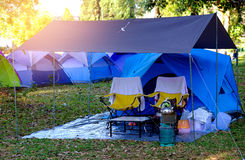 Großes blaues Zelt in einer Mitte des Waldes Lizenzfreie Stockfotografie