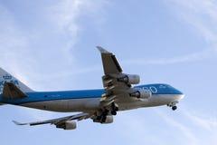 Großes Boeing 747, das zur Sonne fliegt Lizenzfreie Stockbilder