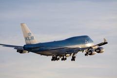 Großes Boeing 747, das zur Sonne fliegt Lizenzfreies Stockfoto